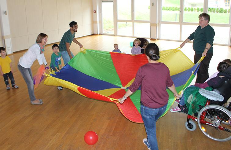Beim Spielen mit dem Fallschirmtuch