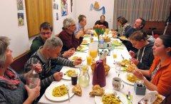 Gemeinsames Essen be ieiner Feier