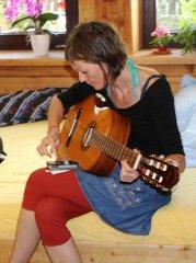 Katrin Penz beim Gitarre stimmen