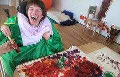 Ramona Putzi beim Malen